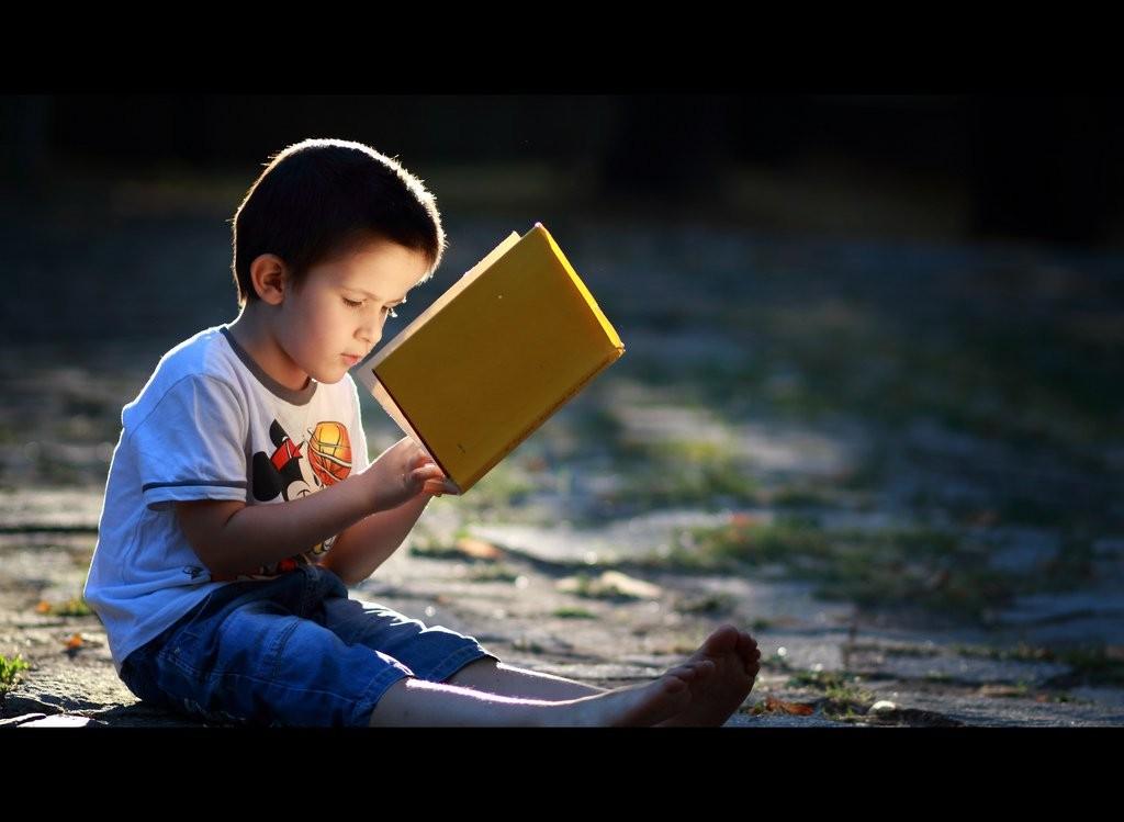 طفل لديه شغف للقراءة.