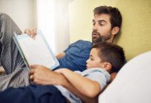 والد يقرأ لصغيره قصة قبل النوم.
