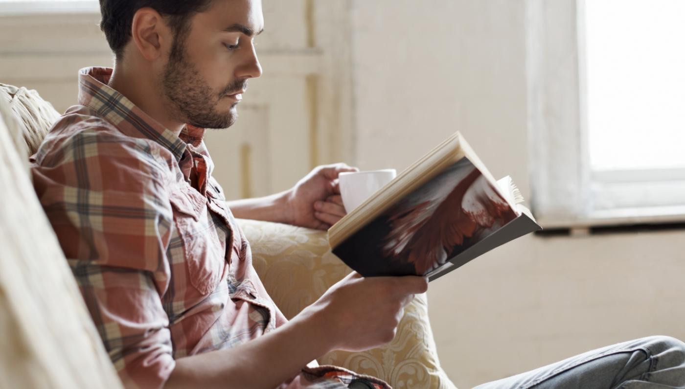شاب قراءة القصص حياته.