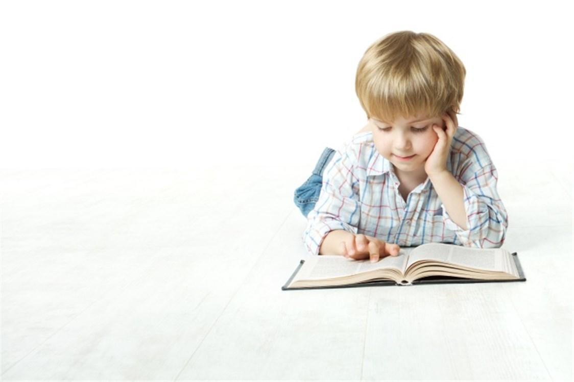 طفل محب للقراءة.