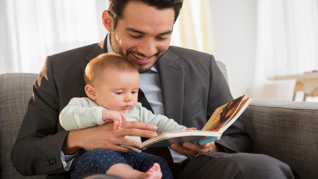 والد يقرأ لطفله قصة.