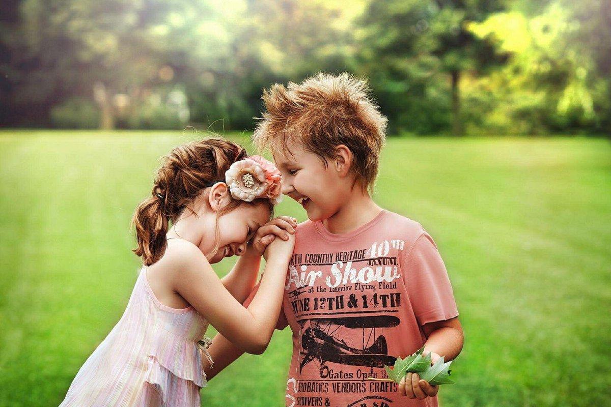 طفلين صغيرين يتبادلان الضحكات.