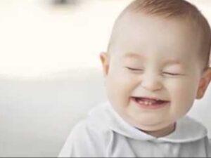 طفل صغير يضحك بشدة.