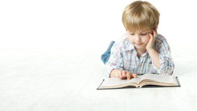 طفل يقرأ قصصا.