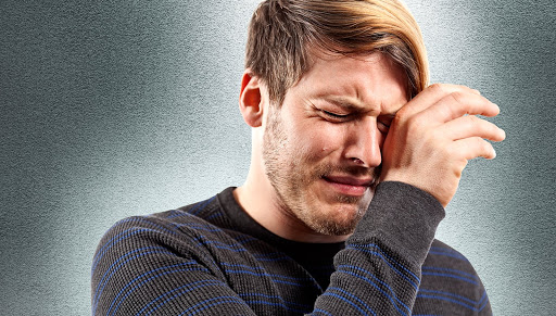شاب يبكي ندما.