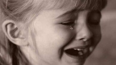طفلة تبكي بمرارة.