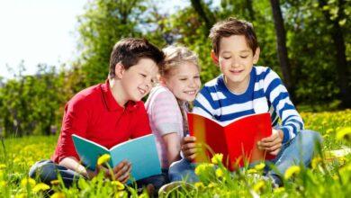 قراءة أطفال لقصة.