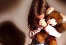 طفلة تبكي من شدة خوفها.