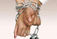 صورة تجسد الزواج الإجباري.