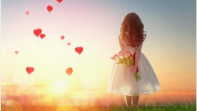 فتاة صغيرة مفعمة بالحب.