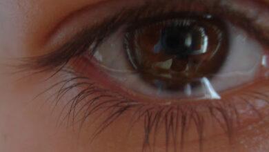 دمعة بعين الفتاة حزنا.