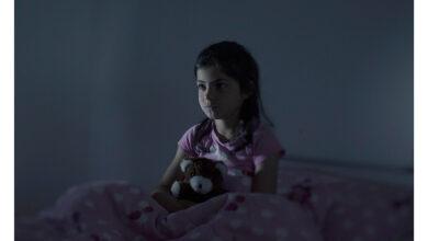طفلة خائفة ومترقبة حدوث أمر ما.