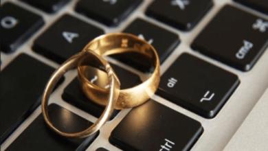 صورة تعبر عن الزواج عبر الانترنت.
