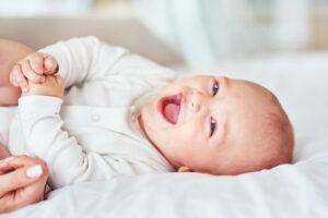 طفل رضيع يضحك بشدة.