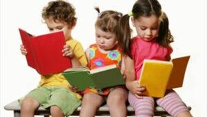 أطفال عاشقون لقراءة القصص.