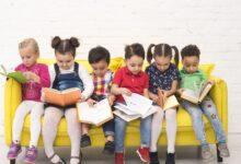 اطفال يقرأون القصص