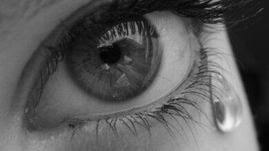 عين باكية لفتاة حزينة.