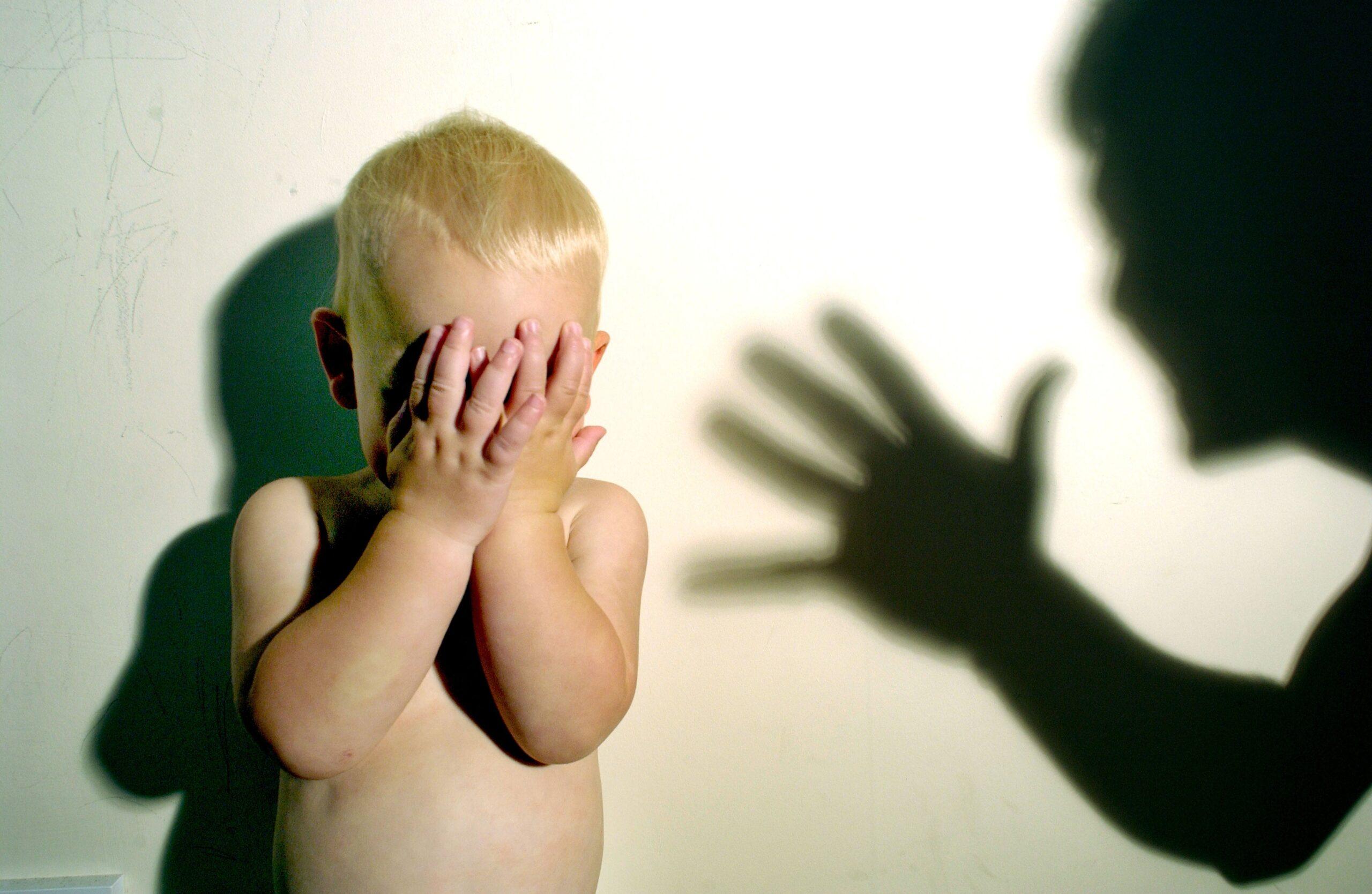 صراخ وتعنيف الآباء للأبناء