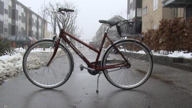 صورة دراجــــــــــة بمكان عام.