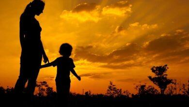 طفل مع امه