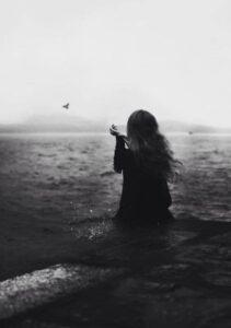 فتاة حزينة القلب كسيرة النفس