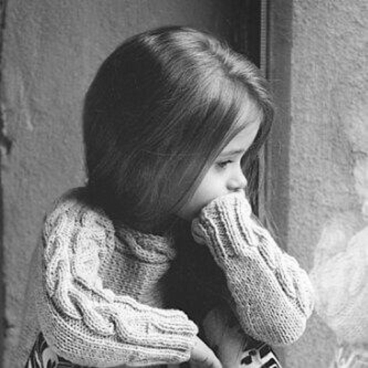 طفلة حزينة وحيدة