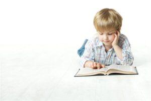 صورة طفل صغير يقرأ قصصا