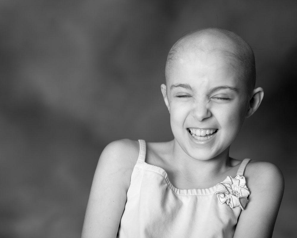 ابتسامة وسعادة مريضة سرطان صغيرة
