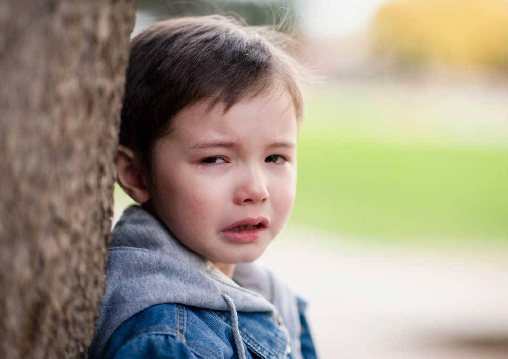 صورة طفل أرهقته الأحزان